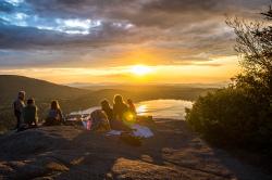 Groupe discutant devant un magnifique coucher de soleil
